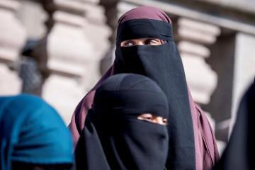 Niderlandda müsəlman qadınlara niqab və hicab geymək qadağan olunacaq