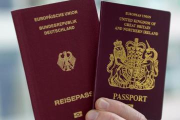 """Британцы начали получать паспорта без слов """"Европейский союз"""" на обложке"""