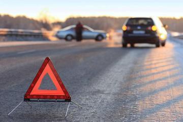 Lökbatan-Qobu yolunda minik avtomobili aşıb, yol bağlanıb