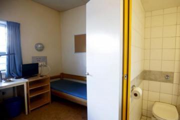 В тюрьмах Швеции закончились места