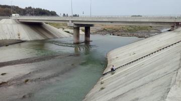 Ведутся поиски упавшего в канал жителя Сабирабада