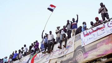 Спикер парламента Судана отложил возвращение из Катара