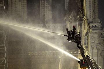 Пожар в соборе Парижской Богоматери потушен - [color=red]ВИДЕО[/color] - [color=red]ОБНОВЛЕНО[/color]