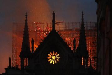 Pope, Queen Elizabeth among those sharing sadness over Notre Dame