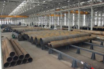 В Баку на заводе от удара железной трубы умер рабочий