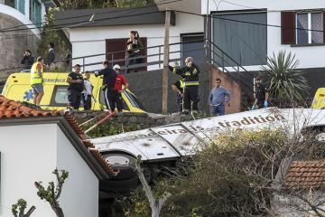 Madeyrada turist avtobusu çevrilib, 28 nəfər ölüb
