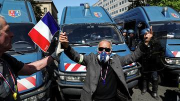 """В Париже """"желтые жилеты"""" начали шествие на площадь Республики"""
