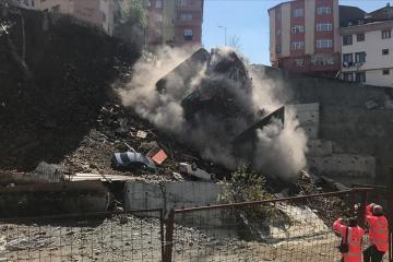 İstanbulda dördmərtəbəli yaşayış binası çöküb