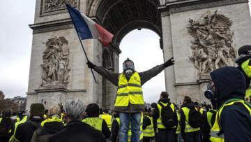 Сотни «желтых жилетов» участвуют в очередной акции протеста в Париже