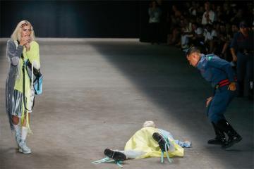 Braziliyada moda sərgisində manekenlərdən biri səhnədə yıxılaraq ölüb