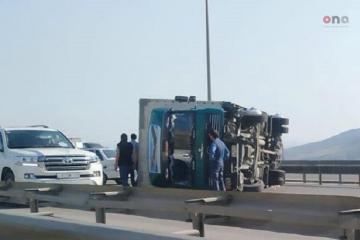 На выезде из Баку перевернулся грузовик, возникла пробка  - [color=red]ФОТО[/color]