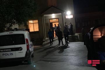 В Баку мужчина сбил бывшую жену, затем ранил ножом ее и ее мать