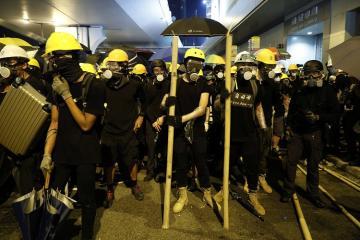 Honkonqda polis kütləni dağıtmaq üçün gözyaşardıcı qazdan istifadə edib