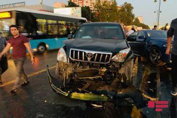 Bakıda iki avtomobil toqquşub, nəqliyyatın hərəkətində problem yaranıb - [color=red]FOTO[/color]