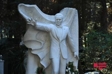 Лейла Алиева посетила могилу Муслима Магомаева