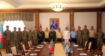 Müdafiə naziri MiQ-29-un axtarışlarında iştirak etmiş Türkiyə xilasetmə qrupunun üzvləri ilə görüşüb