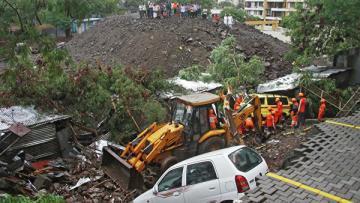 В Индии 15 человек погибли при обрушении стены