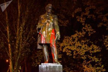 В Ереване памятник Грибоедову облили красной краской