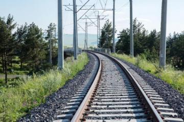 В Саатлы поезд столкнулся с легковым автомобилем, 1 человек погиб