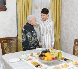 First Vice-President Mehriban Aliyeva visited People's Artist Alibaba Mammadov at his house