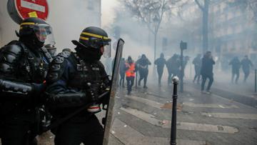 В Париже в ходе протестов пострадал турецкий журналист