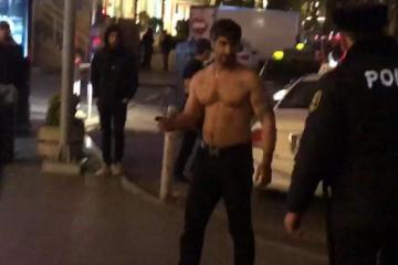 Двое полуголых мужчин с ножами напали на прохожих в центре Баку  - [color=red]ФОТО[/color]  - [color=red]ВИДЕО[/color]