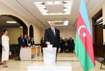 Azərbaycan Prezidenti 6 saylı seçki məntəqəsində səs verib