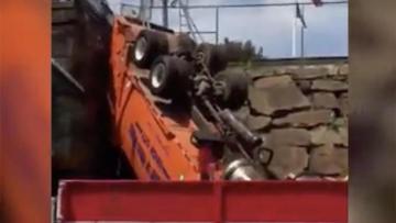 В США мусоровоз упал с эстакады: ранены 12 человек - [color=red]ВИДЕО[/color]