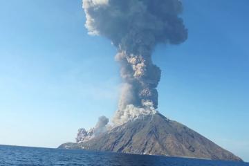 İtaliyada turistlərin olduğu adada vulkan püskürüb