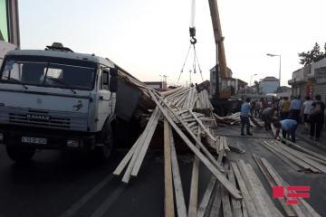 Опрокинувшийся грузовик парализовал движение в Баку - [color=red]ФОТО[/color]