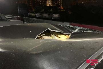 Külək iri şüşə parçasını avtomobilin salonuna keçrib, sürücü yaralanıb - [color=red]FOTO[/color]