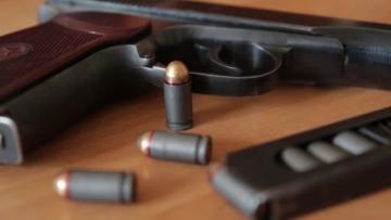 Polis əməkdaşı ehtiyatsızlıqdan özünü silahla vurub