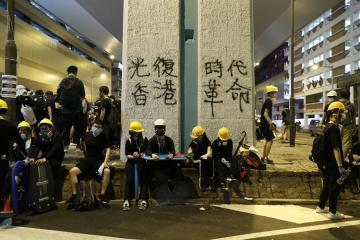 В Гонконге неизвестные избили демонстрантов, ранены десятки человек