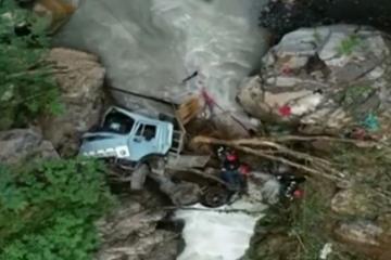 Gürcüstanda yük maşınının dərəyə aşması nəticəsində 5 nəfər ölüb - [color=red]FOTO[/color] - [color=red]YENİLƏNİB-1[/color]