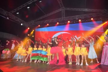 Heydər Əliyev Mərkəzinin parkında Xalq artisti Aygün Kazımovanın konserti olub - [color=red]FOTO[/color]