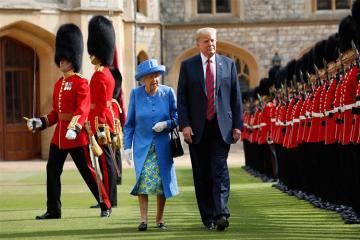 Donald Tramp Britaniya kraliçasına toxunmaqla protokolu pozub
