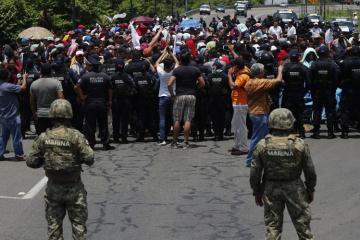 Meksika polisi ABŞ sərhədində min nəfərlik miqrant karvanını saxlayıb