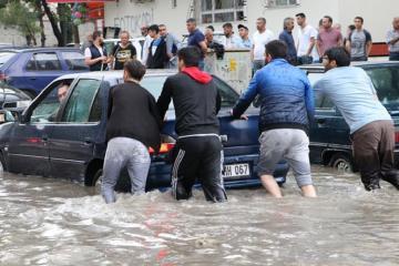 Ankarada leysan yağışların yaratdığı sel 3 nəfərin həyatına son qoyub