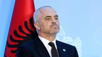 На кортеж премьера Албании напала толпа демонстрантов с камнями