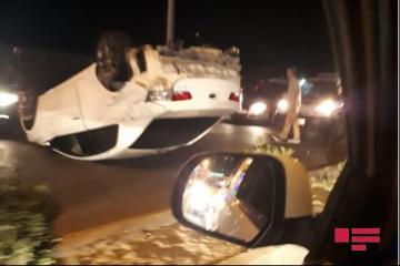 Sumqayıtda avtomobil dirəyə çırpıb, sürücü yaralanıb
