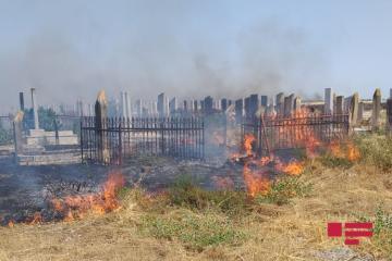 Учиненный армянами пожар перекинулся на территорию кладбища на линии фронта - [color=red]ФОТО[/color] - [color=red]ВИДЕО[/color]