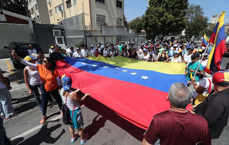 Nine policemen injured in clashes at Caracas carnival