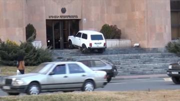 В Ереване мужчина пытался поджечь свою машину у здания мэрии