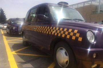 Водители такси в аэропортах должны иметь единую форму одежды и знать английский язык