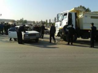 В Баку легковушка врезалась в грузовик, есть погибший