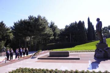 Делегация Дагестана посетила Аллеи Почетного захоронения и шехидов в Баку