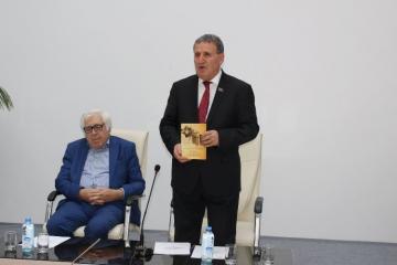 """""""Anarın Dədə Qorqud yaradıcılığı"""" kitabının təqdimatı keçirilib"""