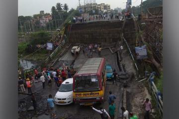 В Индии погибли 5 человек при обрушении моста