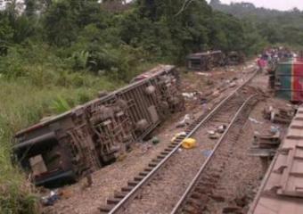 В Конго поезд сошел с рельсов, много погибших и раненых