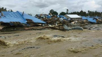 Число погибших из-за наводнений и оползней в Индонезии возросло до 77